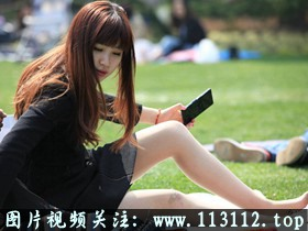 这位美女穿着高跟鞋的脚也变的越来越不老实