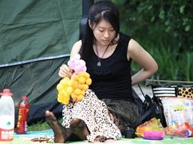 杭州女子在公园上厕所 不料被一个小青年偷拍