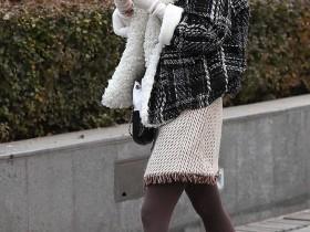 街拍3aaa:美术馆穿彩色打底袜的美女