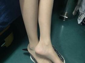 迪丽热巴丝袜美腿现身大连,路人镜头下的颜值很耐打,为了身高也是拼了!