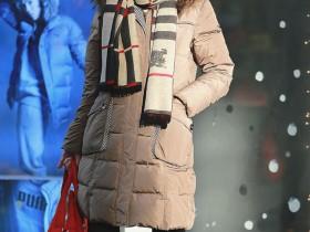 北京街拍:潮人们引领最新时尚潮流美搭 三里屯寒冬吸引眼球的性感美女,