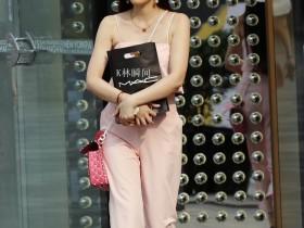 街拍客:小姐姐20岁的年龄,却拥有30岁的身材
