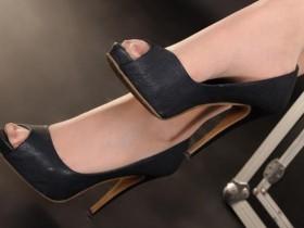 衬出女人的魅力,优雅露趾的高跟鞋,一字带的设计
