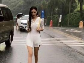 大师街拍雨中漫步的时尚女郎,气质超好,