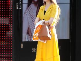 街拍美女:小姐姐穿着大胆,身材性感火辣,走在街上好迷人!