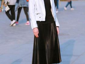 浅灰色连衣裙,时尚又不张扬,成为迷倒众人的时尚女神