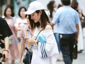 街拍美女:小姐姐穿着一件长t恤,这搭配应该是受小女生喜欢的吧
