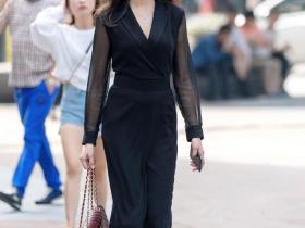 街拍美女:美女的穿搭非常简单的了,让人看起来特别的舒服!