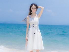 街拍: 白色紧身衣遮不住的美, 小姐姐的热裤真的短啊!