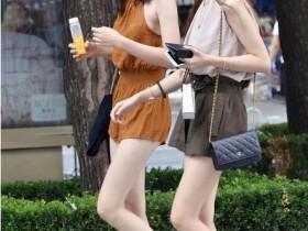 美女街拍:美女吊带连衣裙逛街,尽显完美身材曲线