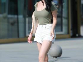 街拍: 美女穿着运动装出门, 路人怎么盯着紧身裤看