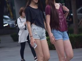 街拍: 不同年龄段的姐妹花, 她们的衣品也大不相同, 哪对更吸睛