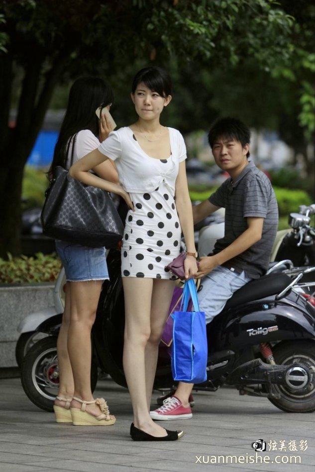 启明星原创街拍:穿着白纱裙的小姐姐,给人一种仙女的感觉