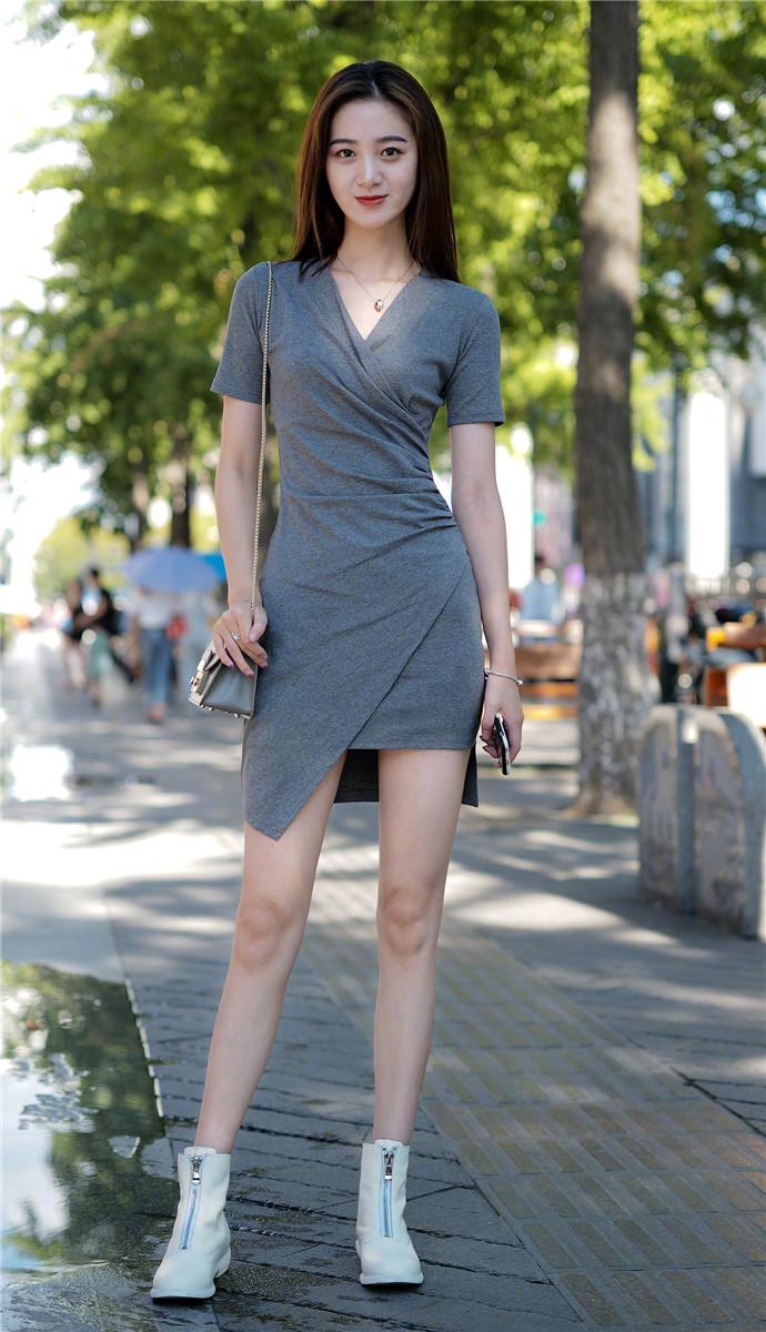 街拍: 紧身的包臀裙, 才能展示出成熟女性的美!