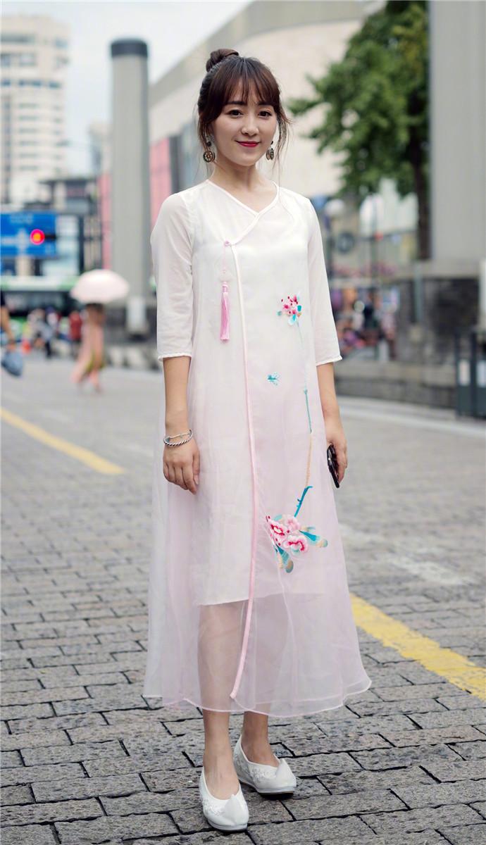 小姐姐搭配米白色紧身连衣裙,尽显端庄大方,优雅靓丽很精致