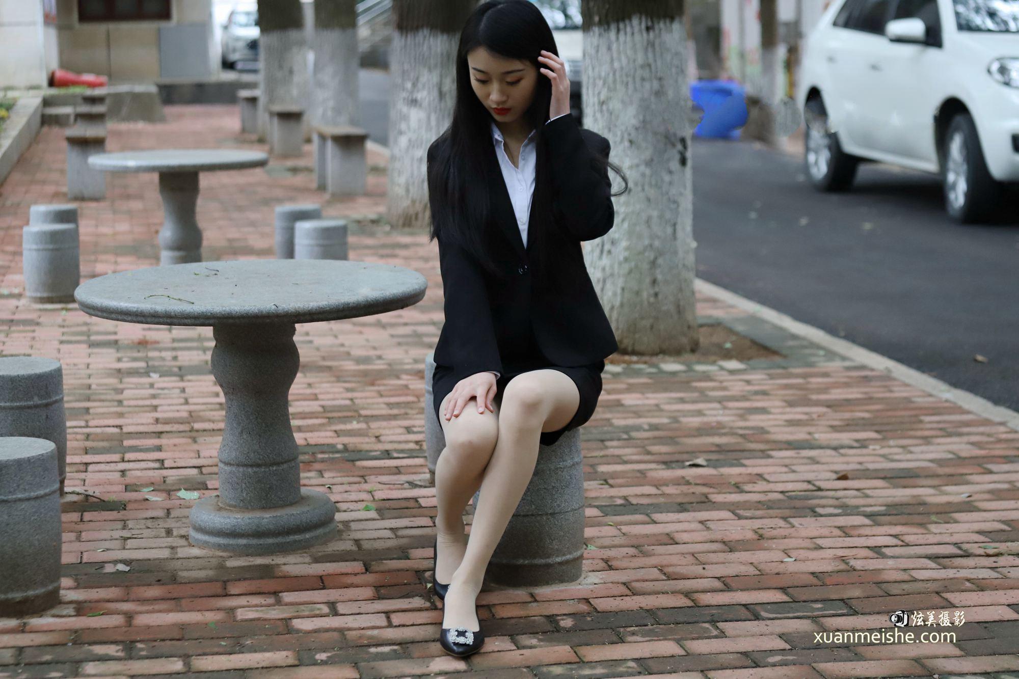 街拍:时尚开叉裙美女,戴帽子负分,不戴帽子满分