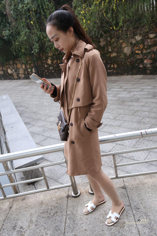 魔镜街拍:高筒靴搭配超薄肉色丝袜,美女穿出好衣品
