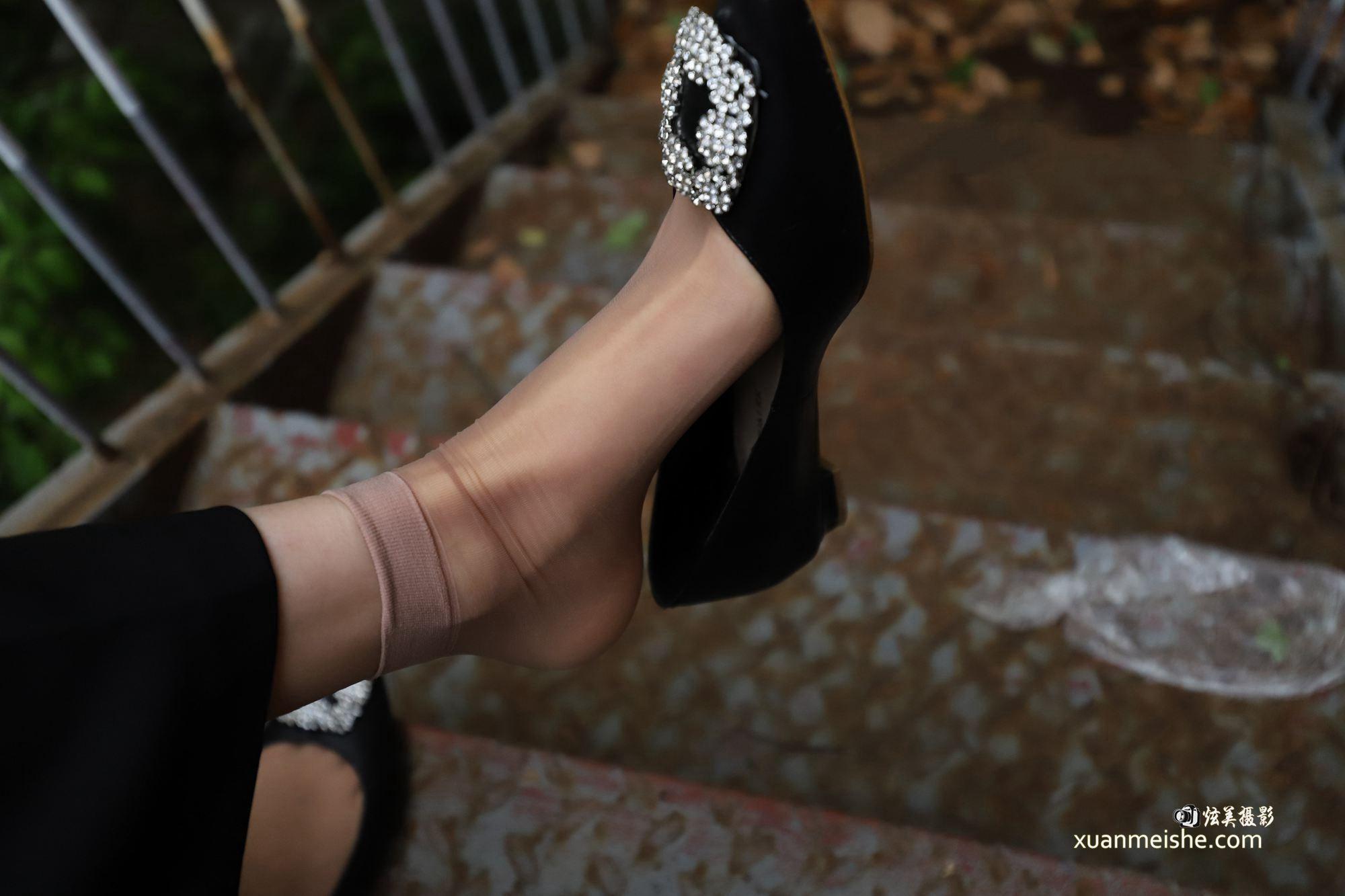 实拍女神给赤足美脚做保养.如何让脚丫超美超吸睛!