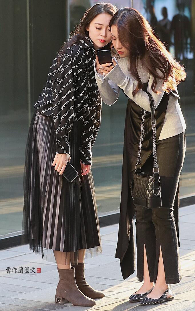 """美术馆街拍:穿着打扮极度相似的""""高仿""""姐妹花"""