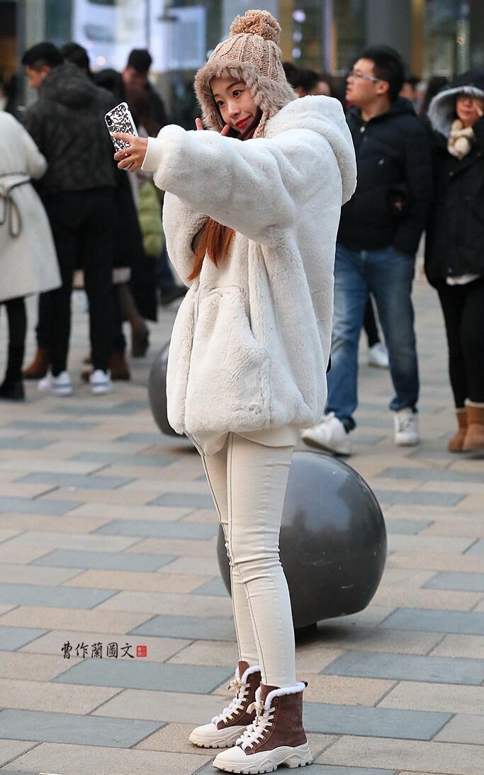 3aaa街拍:把牛仔裤穿得很有型的美女