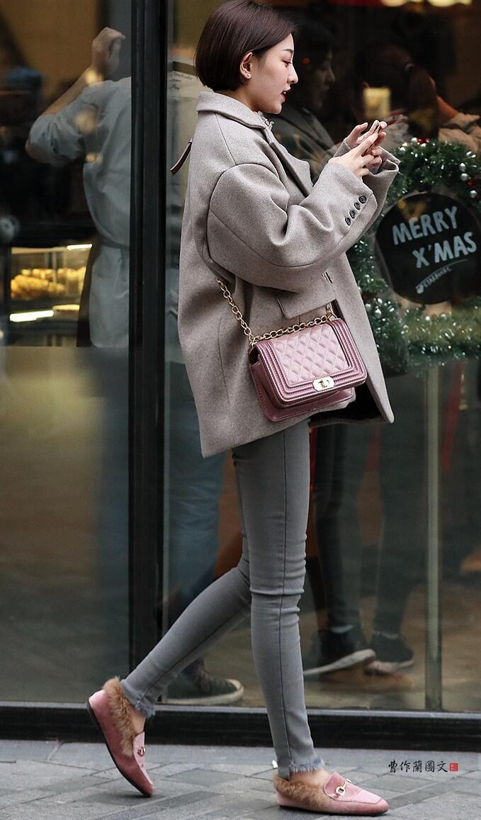 八戒街拍美女们一出现在三里屯街区,立刻就会被摄影师们的镜头所捕捉