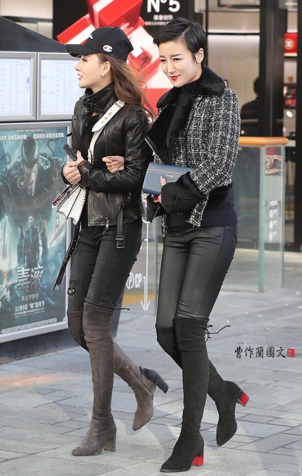 街拍身材很棒的美女,穿着这条紧身牛仔裤美女,这身材让人大饱眼福!