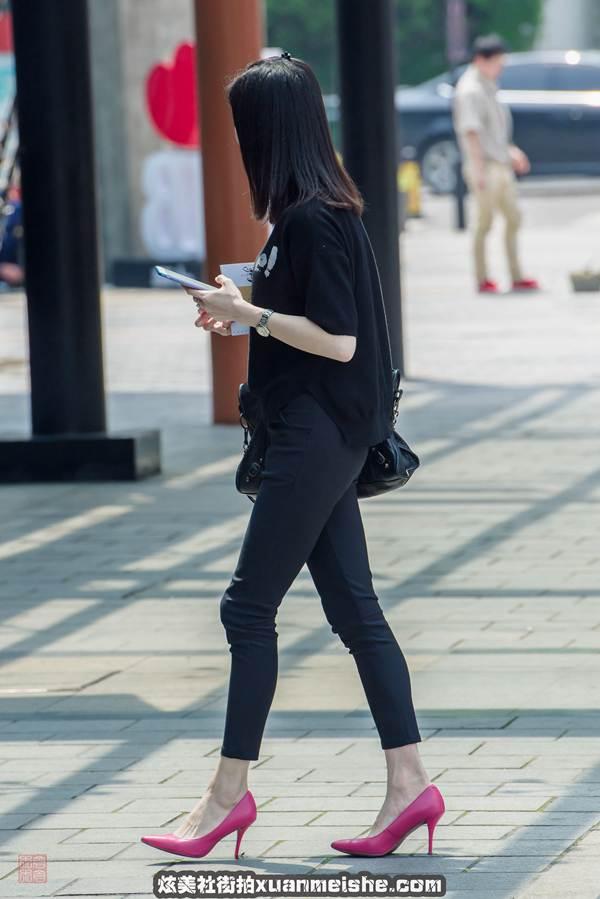 街拍:长发美女小姐姐,一条黑色的连衣裙,尽显女神气息