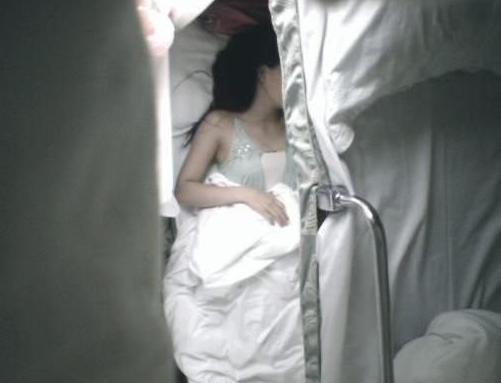 美女晚上火车上卧铺睡觉,忽觉床上拥挤,醒来后不淡定了