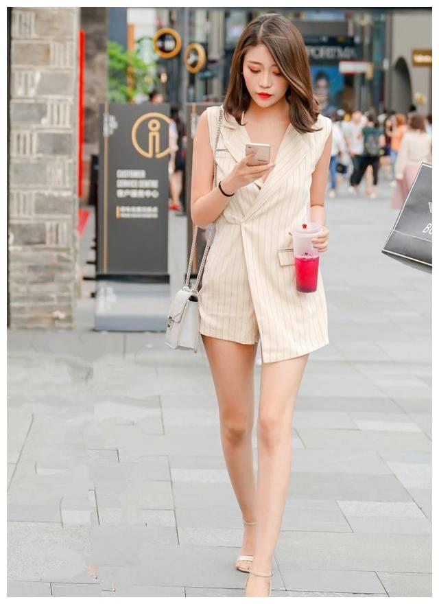 启明星街拍美女:春暖花开,热裤凉拖,靓女出街,时尚潮人,顾盼生辉