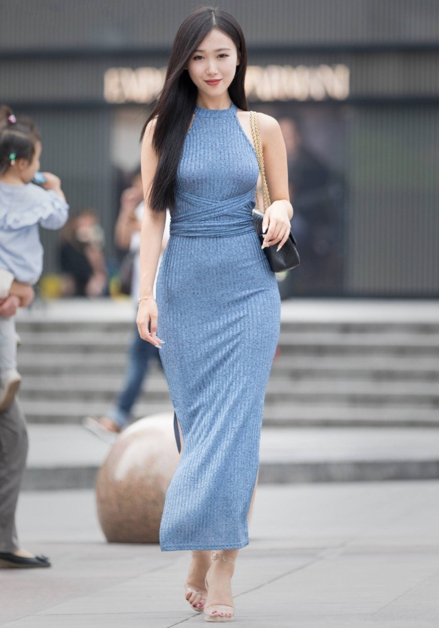 街拍美女: 紧身的臀部裙能展现成熟女性的美丽!