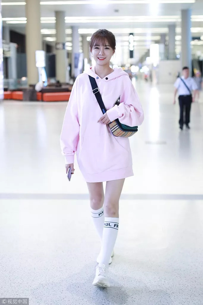 学校开学时怎么穿?街拍穿着学生丝袜轻松开学,成为校花