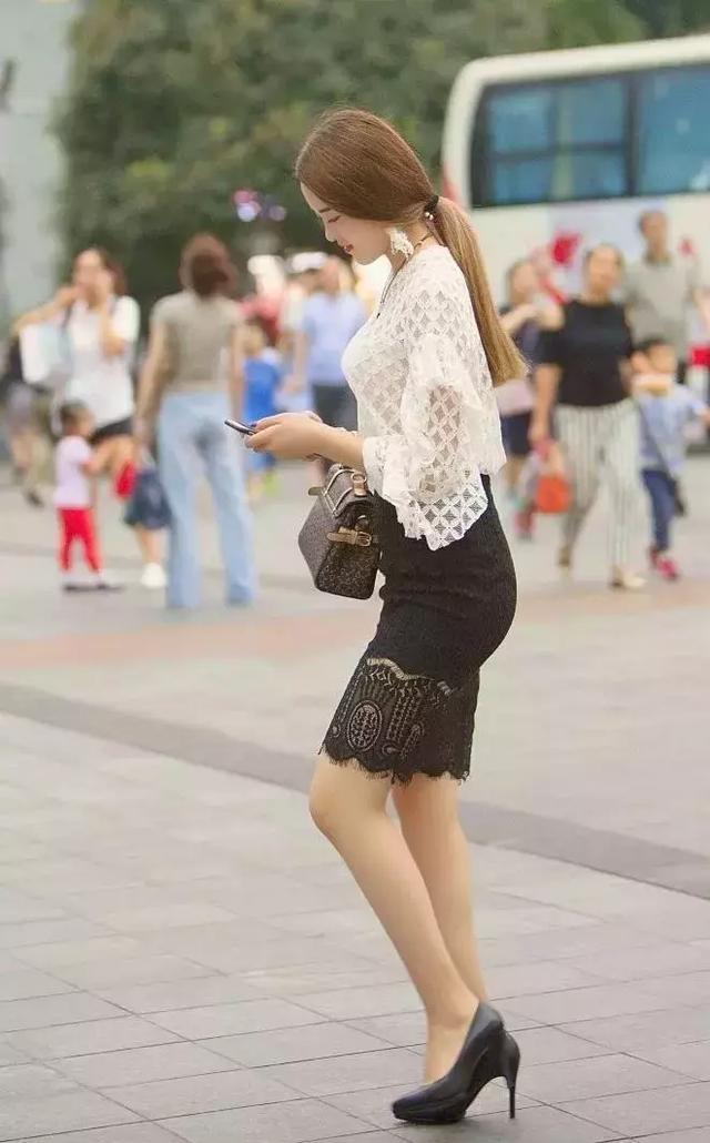 日不落街拍气质美女穿上包臀裙搭配十公分高跟鞋后,显露不凡气质