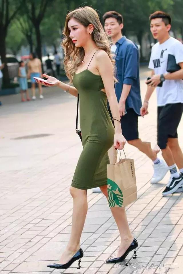 街拍美术馆:高跟鞋带着时尚的美丽,为女性带来气质的姿态