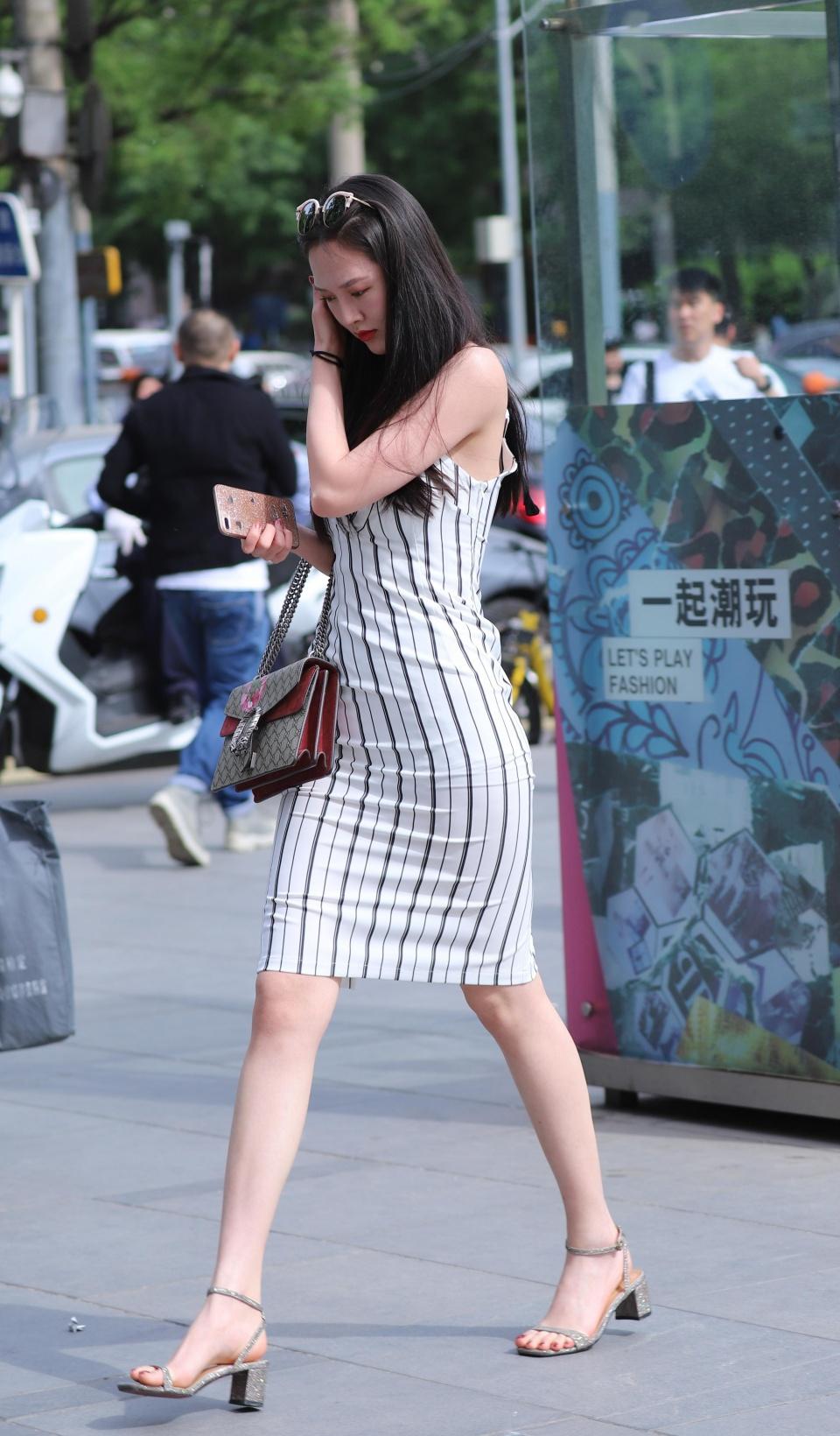 牛仔裤,高跟鞋,漂亮的腿和极品的身材都是今天街拍的。多幸福啊!