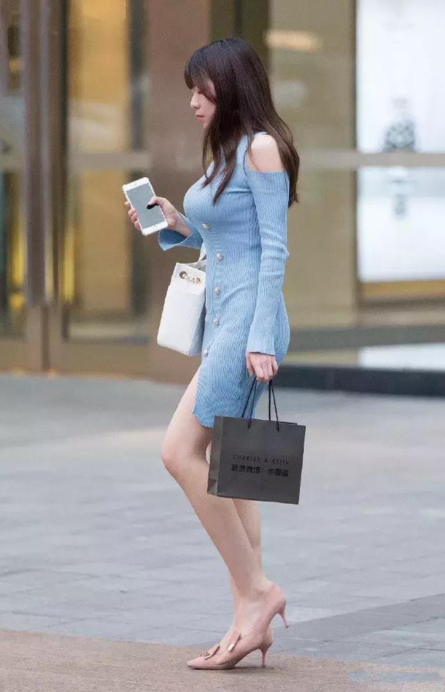 街拍时尚辣妈穿连衣裙,夏天的太阳,夏天的风,