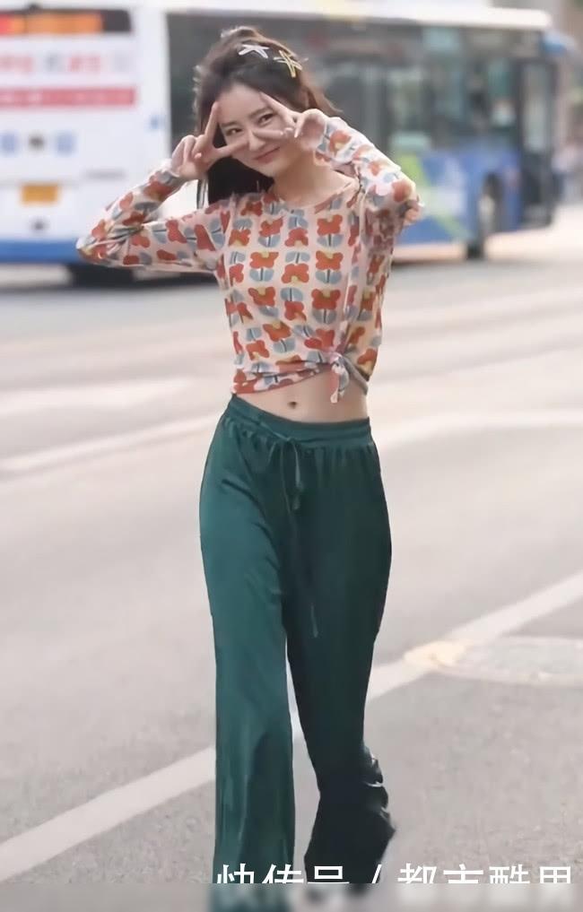 """美女的""""液体裤""""怕是要火,站着像120斤,一走路秒变90斤"""