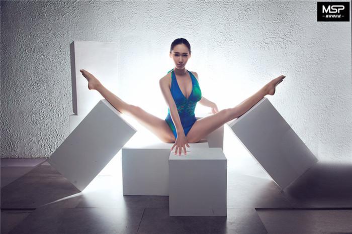 """中国第一蛇女""""魏炜""""坚持11年成就最美柔术才女"""