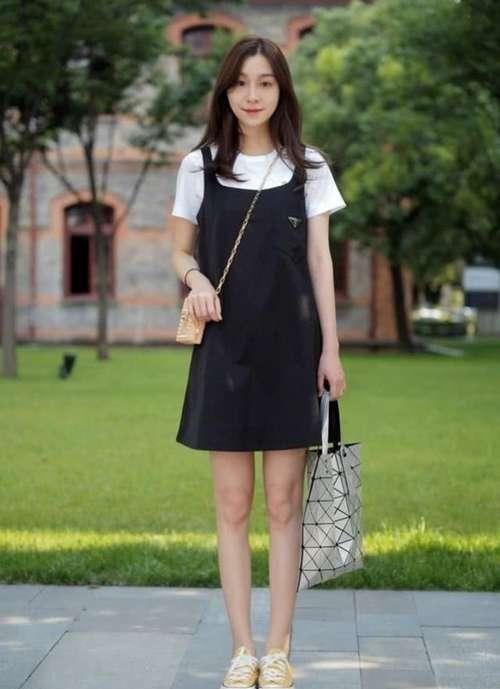 """穿黑裙子遍地撞衫,势必要搭配一双""""海带鞋"""""""