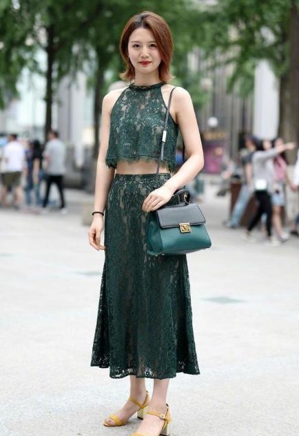 街拍:短发小姐姐穿出军绿色和长裙完美结合