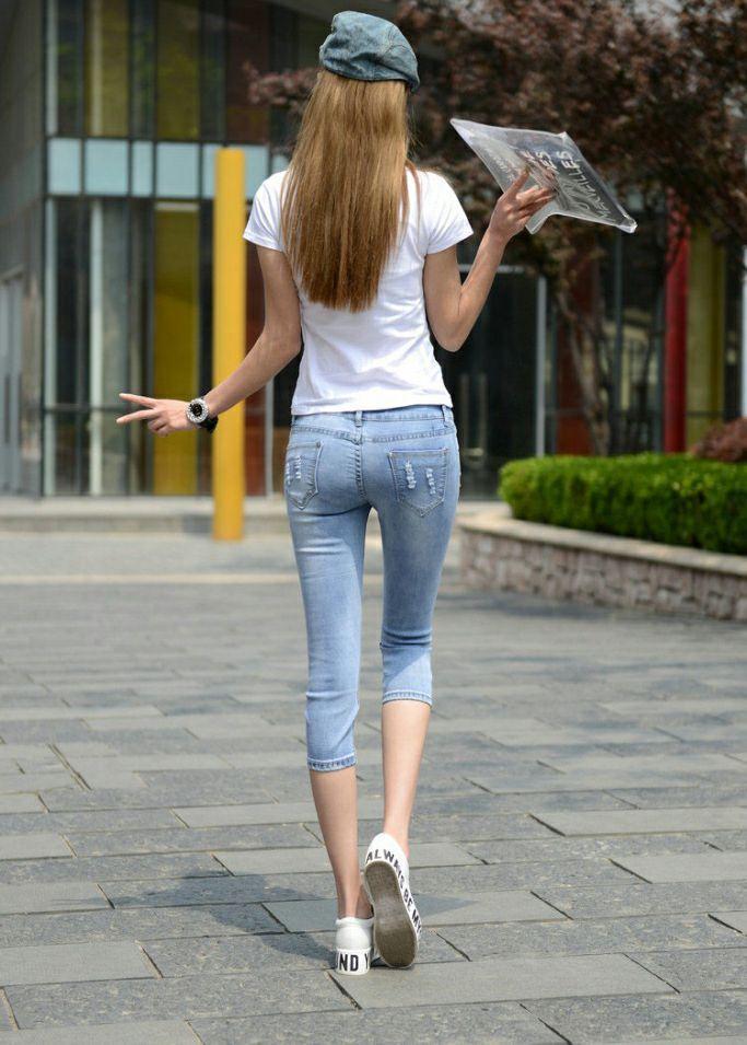 街拍美女:紧身牛仔裤凸显高挑身姿,又十分显气质,无可挑剔的