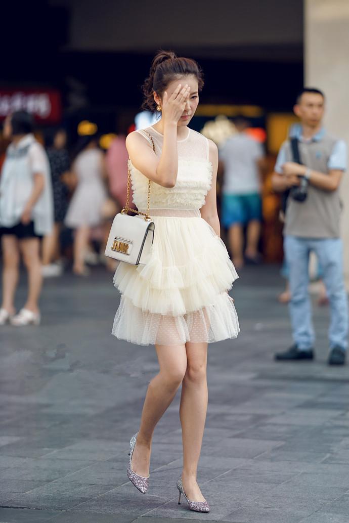 绝世的好身材尽显!女神小姐姐的超短裙
