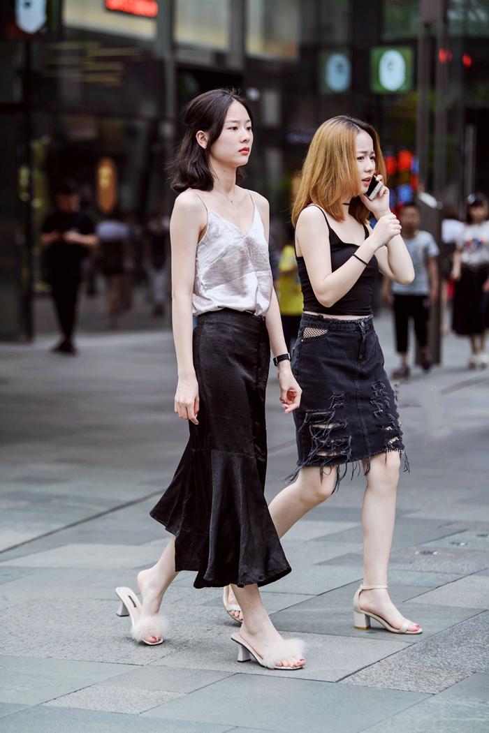 街拍美女:小姐姐在街上走过,全程高冷,可她这样穿搭真的好看