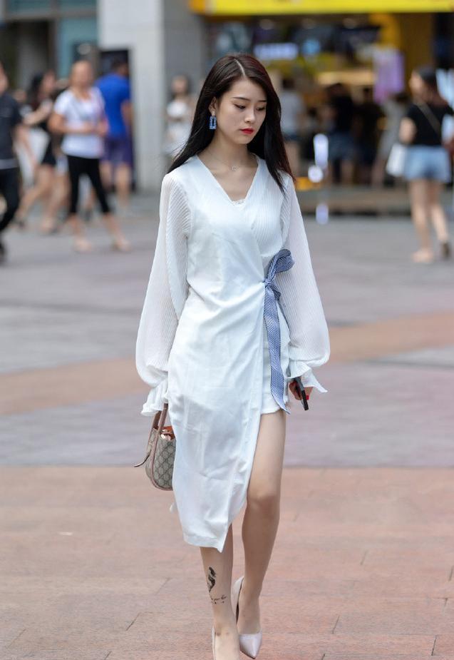 街拍美女:美女一袭白裙仙气飘飘,气质出众,一种异域风情的美