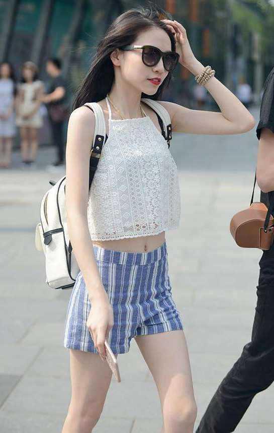 成都街拍美女: 热裤短裙时尚美女, 吸引无数路人的眼球!