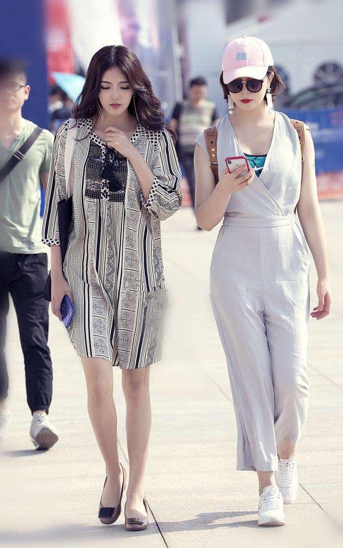 成都街头的双胞胎姐妹花, 穿衣品味都一样