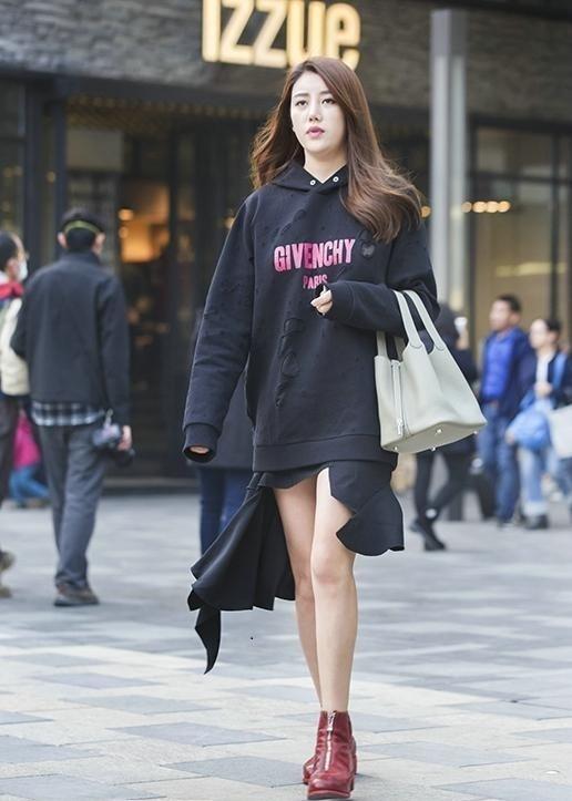 街拍美女:穿着清凉的美女,如此霸气的纹身美女姐姐很少看到