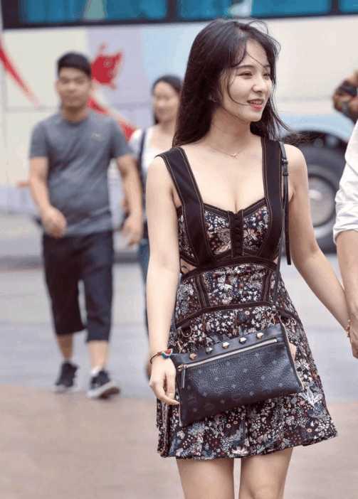 实拍: 大秀臀部曲线,身材丰腴的小少妇身穿包臀裙, 让人沉迷!