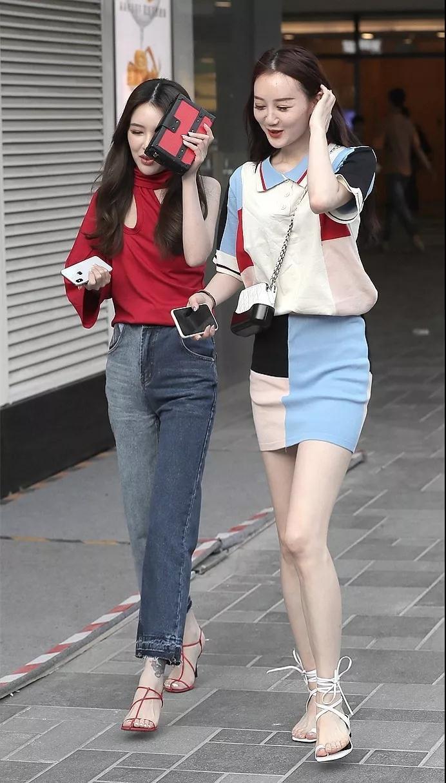 街拍美女:连衣裙短裤,尽显满满的美女大长腿,时尚靓丽吸引人