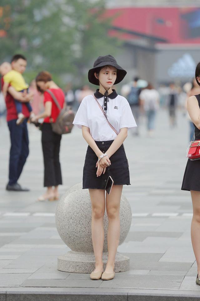 街拍美女: 连发型都一样的双胞胎, 傻傻分不清楚, 热裤太时髦