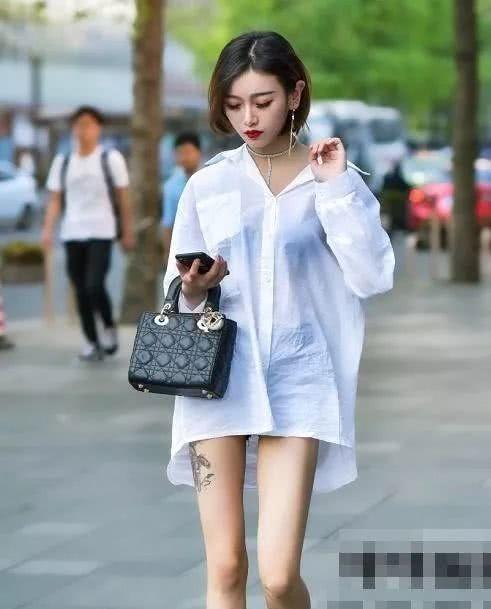 """街拍:高颜值潮女,她穿着一件""""黑蜘蛛裙"""""""